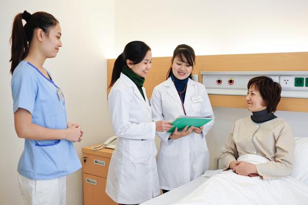 Những lý do bạn nên thuê người chăm sóc cho người bệnh