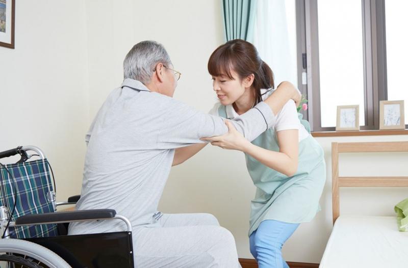 Người già sức khỏe yếu hãy liên hệ ngay dịch vụ chăm sóc người già tại nhà