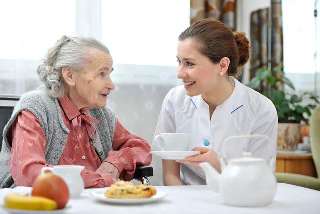 Người già sức khỏe yếu cần được chăm sóc, hãy tìm đến dịch vụ chăm sóc người già